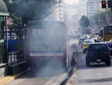 Los 410 000 carros que circulan en Quito una ciudad en Ecuador son los causantes del 70% de la contaminación del aire.