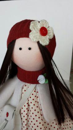 Muñequita tipo Gorjuss - Russian dolls - detalle gorro flor de crochet