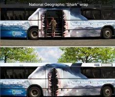 Čeluste žraloka namiesto dverí autobusu? Reklamný polep to zvládne. :)