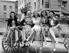 Immensely stylish 1940s ladies. #WW2 #vintage #1940s #fashion #hair #beautiful