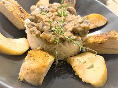 Een mager, mals en sappig stukje vlees met zoetzure ovengebakken appeltjes, daarbij nog een smaakvolle champignonsaus en een portie wilde rijst om het compleet te maken.  Hartverwarmend dit eten èn snel klaar. Portie, Camembert Cheese, Om, Dairy, Mushroom