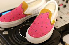 Vans The Simpsons - Frosted Donut x For Seph Painted Vans, Hand Painted Shoes, Creative Shoes, Unique Shoes, Custom Vans, Custom Shoes, Vans Pintados, Sock Shoes, Vans Shoes