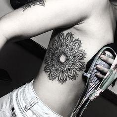 Feita por Gabriel Chapel. Encantados com tantos detalhes incríveis! #mandala #blackwork #costela #preto #tattoo #tatuagem