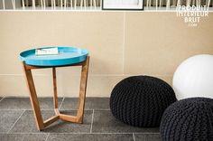 Tavolo turchese Stockholm. Con il suo pratico piano rimovibile, il tavolino turchese Stockholm può essere usato come vivace vassoio per trasportare bibite e stuzzichini dalla cucina al salotto. Il tavolino è caratterizzato da uno stile retro anni 50, ma soprattutto dalla sua funzionalità che renderà aperitivi e feste una passeggiata.