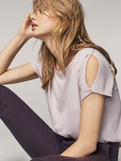 Women´s Camisetas at Massimo Dutti online. Enter now and view our Spring Summer 2019 Camisetas collection. Fashion Idol, Love Fashion, Fashion Outfits, Fashion Design, Kurti Sleeves Design, Sleeves Designs For Dresses, Shirt Transformation, Miss Me Outfits, Dress Pesta