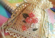 Marvelous Crochet A Shell Stitch Purse Bag Ideas. Wonderful Crochet A Shell Stitch Purse Bag Ideas. Crochet Sachet, Crochet Pouch, Thread Crochet, Crochet Gifts, Filet Crochet, Cute Crochet, Crochet Bags, Crochet Flower Patterns, Crochet Stitches Patterns