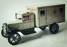 Caminhão-Ambulância. Para os futuros médicos. Brinquedo antigo de lata. Anos 1960. Aceitamos Visa & Master. $350. Dúvidas: 11-2365-1260 ou lojacaos584@gmail.com