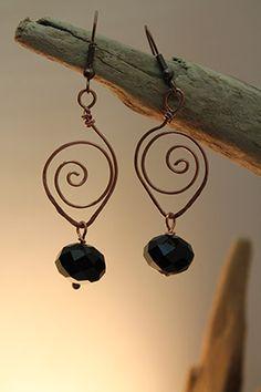 Boucle d'oreille en fil de cuivre et perles de verre.