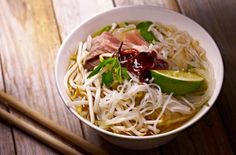 Pho soup - Food trends The 23 foods you will be eating this year Soup Recipes, Great Recipes, Dinner Recipes, Favorite Recipes, Pho Noodle Soup, Winter Soups, Bowl Of Soup, Food Trends, Mets