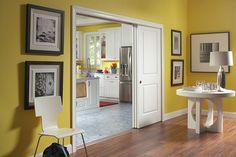 раздвижная белая дверь в желтой комнате