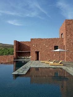 La maison citadelle de Studio Ko construite sur les contreforts de l'Atlas, au Maroc, entre tradition et modernité.Grande ouverte sur l'extérieur, elle marie pierre de l'Ourika et dallage en schiste... admagazine.fr