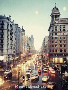Anochece en Gran Via desde el edificio Capitol. Una brillante instantánea difícil de olvidar.  © www.barriosdemadrid.net #Madrid #GranVia #Capitol