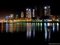 reflejos de las torres de Puerto Madero de noche