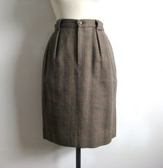 Tailored Skirt in wool, Great tweed in a brown tone with russet stripe. Differing back pockets, one with a button flap. Waistband with zip and