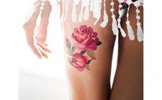 Klebetattoo: Ein fröhliches Blumenboquet auf dem Oberschenkel