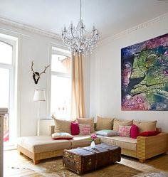 Wohnzimmer, Sofa, Altbau, Bild aus Thailand, Geweih, Kronleuchter, Vintage, Kuhfell, Überseekoffer - Kombiation aus ALT und NEU