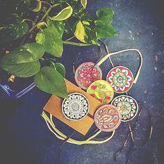 This Raksha Bandhan, gift vibrant handicraft rakhis to your brother. Ultimate Rakhi Guide has over 150 rakhis - modern, kids, crochet & more. Raksha Bandhan Photography, Rakhi Wallpaper, Rakhi Photo, Ribbon Crafts, Diy Crafts, Handmade Rakhi Designs, Rakhi Cards, Rakhi Festival, Rakhi Making