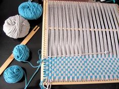 Using a Tunisian hook and multiple warp/weft. Pin Weaving, Inkle Weaving, Weaving Art, Weaving Patterns, Tapestry Weaving, Crochet Patterns, Weaving Projects, Weaving Techniques, Loom Knitting