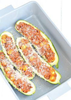 Lekker gevulde courgette bolognese. Een lekker licht en verantwoord recept. #zucchini #healthyfood