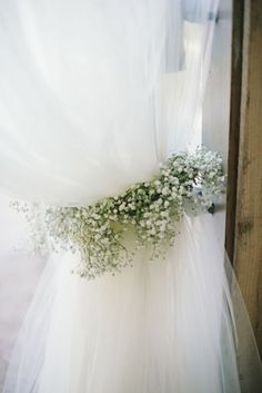Tulle tied Back Ꮚith a Simple Garland of Baby's Breath~Photography: Delbarr Moradi