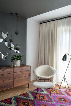 カラフルなキリム絨毯のインテリアには、シンプルなホワイトのカーテンを合わせてラグを主役にするのがおすすめ。