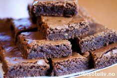 """Dette er den PERFEKTE oppskrift for deg som er ute etter myke og saftige Brownies med skikkelig god sjokoladesmak! Her kan du rendyrke sjokoladesmaken, for Browniesene er helt uten nøtter, rosiner eller annet forstyrrende """"mikkmakk"""". Kaken er så enkel å lage at det som regel er denne varianten av Brownies jeg tyr til hvis jeg skal lage noe godt på impulsen. Oppskriften er for stor langpanne. Brownie Cookies, Allrecipes, Cake Recipes, Recipies, Food And Drink, Baking, Live, Health, Party"""