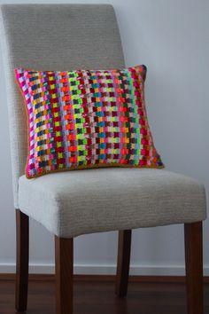 Sarah London's colorful #crochet pillow pattern