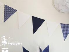 Guirlande de 9 fanions bleu marine et blanc 115cm : Décoration pour enfants par deco-la-fee-poudree