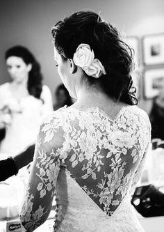 Detalhes do vestido de noiva feito em renda pela Luciana Collet. Foto: Erica Felipo