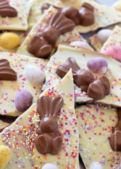 Easy double chocolate Easter bark - cute and easy recipe for kids - great for ho. Easy double chocolate Easter bark - cute and easy recipe for kids - great for homemade Easter gifts - Eats Amazing UK White Chocolate Fudge, Easter Chocolate, Homemade Chocolate, Easter Candy, Easter Treats, Easter Desserts, Easy Easter Recipes, Bark Recipe, Easy Meals For Kids