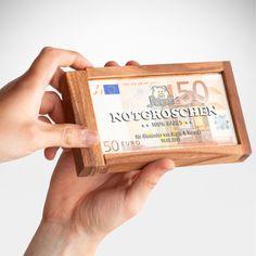 Ein kleiner Notgroschen schadet nie. In unserer Magische Geldgeschenkbox mit Gravur - Notgroschen - Personalisiert hält er vielleicht auch ein wenig länger - denn die öffnet sich nur mit einem geheimen Trick.