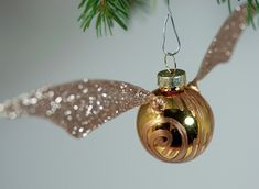 DIY Golden Snitch Ornament Tutorial - these could be used in a lot of ways for a Harry Potter wedding. Deco Noel Harry Potter, Natal Do Harry Potter, Harry Potter Navidad, Objet Harry Potter, Harry Potter Weihnachten, Décoration Harry Potter, Harry Potter Christmas Tree, Harry Potter Christmas Decorations, Diy Christmas Tree Decorations