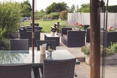 The Queens Head, outdoor seating, pub seating, gastro pub, restaurant, outdoor dining, casual dining