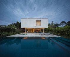 Construido en 2014 en São Sebastião, Brasil. Imagenes por Fernando Guerra | FG+SG. El confort y mantenimiento de los edificios a lo largo de los años son dos aspectos fundamentales para las construccionesen áreas tropicales junto...