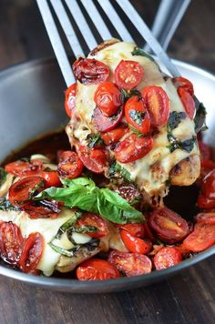 Caprese Chicken: chicken breasts are topped with garlic cherry tomatoes, mozzarella, basil and balsamic vinegar to create this one pan, 30 minute dinner. I am in major big time whoa love with this Caprese Chicken. Pollo Caprese, Caprese Chicken, Chicken Saute, Grilled Chicken, Healthy Chicken, Balsamic Chicken, Chicken Crepes, Tofu Chicken, Greek Yogurt Chicken