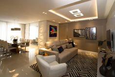 Sala de estar integrada com sala de jantar com sanca de gesso e luminárias embutidas Projeto de Marina Turnes Apartment Checklist, Apartment Goals, Apartment Plants, Apartment Kitchen, Apartment Color Schemes, Sala Grande, Dream Mansion, Ikea, Cool Apartments