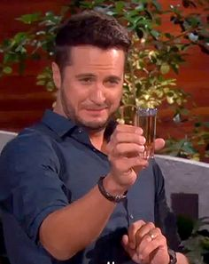 Luke Bryan was challenged to chug a beer on the Ellen DeGeneres Show against her beer-loving employee Andy Zenor -- see who wins! Luke Bryan Pictures, Shake It For Me, Hot Country Boys, Funny School Pictures, Portia De Rossi, Johnny Carson, The Ellen Show, News Us, Travel Humor