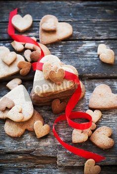 木製のテーブルの行を赤でクッキー バレンタイン カード。心の形。バレンタインのテーマ