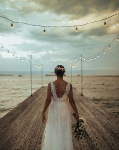 Ilhabela: muitas razões para casar no litoral norte de São Paulo. Ilhabela tem dezenas de atrativos para quem quer casar na praia. Que tal conhecer alguns deles? Na foto, noiva com buquê no pier decorado com varal de lâmpadas. #ilhabela #casarnapraia #weddingbeach #destinationwedding #casamentonapraia #litoralnorte Lace Wedding, Wedding Dresses, Fashion, Wedding On The Beach, Engagement, Couple, Bride Dresses, Moda, Bridal Gowns