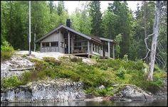 NATURLIG: Denne hytten er behandlet med jernvitrol, og har fått den samme gråfargen som fjellknausen den står på. Foto: ØYVIND ENGAN