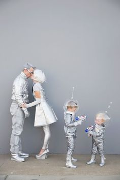 Family-futuristic-costume---Tell-love-and-Party Learn how to create these fun DIY space family costumes for Halloween. Clever Halloween Costumes, Witch Costumes, Creative Costumes, Carnival Costumes, Halloween Party, Alien Costumes, Astronaut Costume, Alien Party Costume, Spaceman Costume