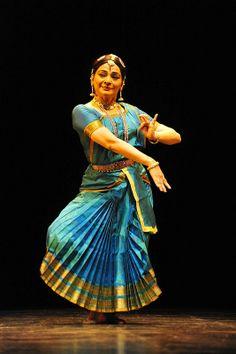 Malavika Sarukkai @ Paramapara Festival 2013 Dance Art, Dance Music, Dancers Pose, Belly Dancer Costumes, Dance Photography Poses, Dancing Drawings, Indian Classical Dance, Costumes Around The World, Silhouette Art