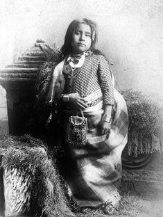 26. Inusk, Fille du chef Kickapoo, par Lenny And Jordan, 1880-1890 - See more at: http://www.espritsciencemetaphysiques.com/portraits-jeunes-filles-amerindiennes.html#sthash.2XkhUtQn.RQ92DyM7.dpuf  vintage-native-american-girls-portrait-photography-13-575a708f0ada1__700amérindiennes-amérindiennes