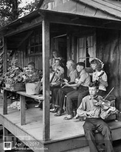 I remember my family singing and playing every time we got together. Only gospel music was heard, we would worship God at our reunions. Vintage Pictures, Old Pictures, Old Photos, Appalachian People, Appalachian Mountains, Mountain Music, Bluegrass Music, Folk Music, Gospel Music