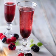 Easy cocktail made with bubbly for a perfect Thursday afternoon chill session. French Cocktails, Easy Cocktails, Drinks, Thursday Afternoon, Cocktail Making, Pinot Noir, Chill, Bubbles, Yummy Food