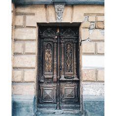 """Если у Петра I было """"окно в Европу"""", то все эти #ростовскиедвери , по крайней мере, - """"лаз в прошлое"""". За фото и подпись спасибо @_jagevika_ ✨ ➡️🚪 ___________________ #vsco #vscogood #vscorussia #vscocity #vscobuilding #myrostovdoors  #doors #door #rostov #rostovondon #чтопрячетсязаэтойдверью #кудаведетэтадверь #двери #двериростова #ростовдвери #двернойростов #дверноефото #старыйростов #ростовмойгород #rostovcity61 #rostovdoors #классикарнд"""