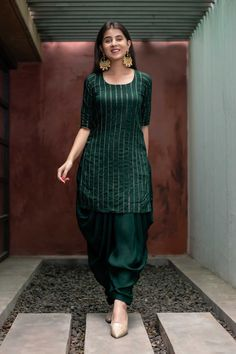 Indian Fashion Dresses, Dress Indian Style, Indian Designer Outfits, Indian Outfits, Punjabi Fashion, Indian Attire, Simple Kurta Designs, Kurta Designs Women, New Kurti Designs