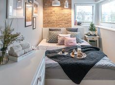 Cegły na ścianie w sypialni mają piękną fakturę i kolor. Na zasadzie lekkiego kontrastu idealnie komponują się z...