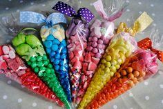 Conos con dulces gomitas y bombones
