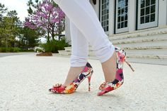 Nothing beats perfect white skinny jeans and floral pumps!